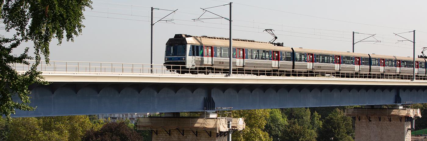 Transilien circulant sur le viaduc de Marly-Le-Roi