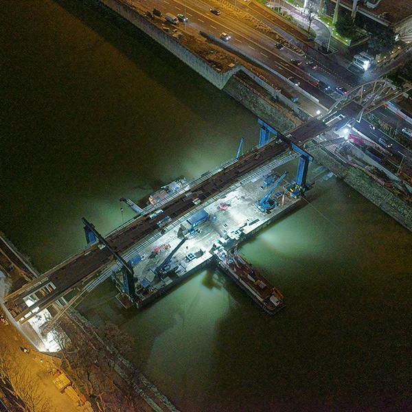 Vue aérienne de la passerelle de Puteaux lors de la pose de la grande passerelle