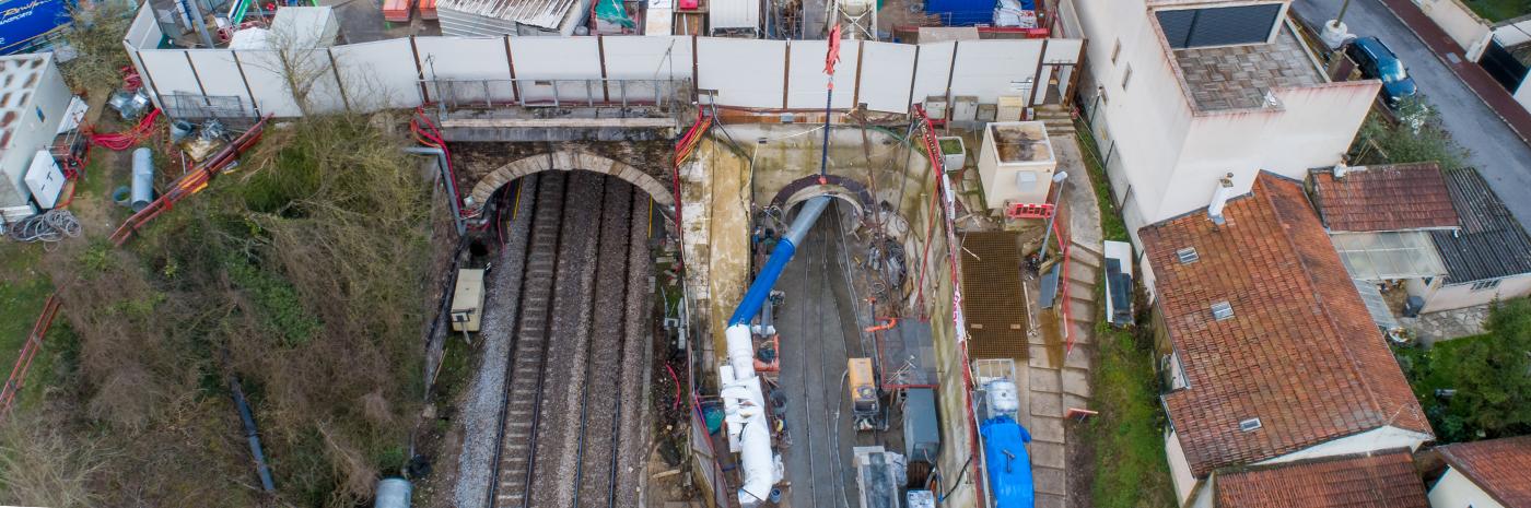 Vue aérienne du tunnel ferroviaire et de la galerie d'évacuation