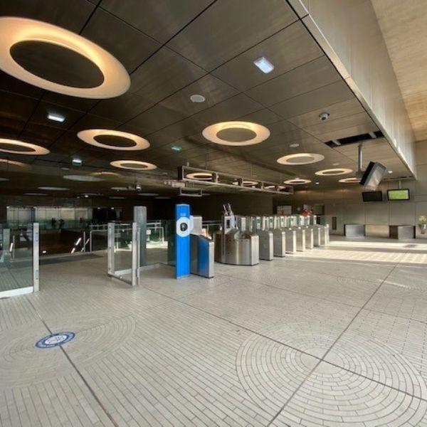 Portique de sécurité de l'entrée de la station Maire de Saint-Ouen - Ligne 18 Nord - Lot T09 - Décembre 2020