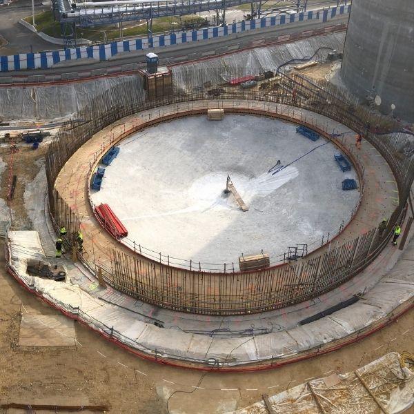 Vue aérienne sur un digesteur de la station d'épuration Seine Aval d'Achères - Biogaz - Mars 2021