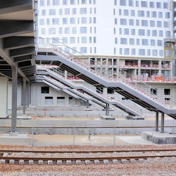 Vue de profil des escaliers du chantier du TOARC 5400 à La Défense - Juillet 2002